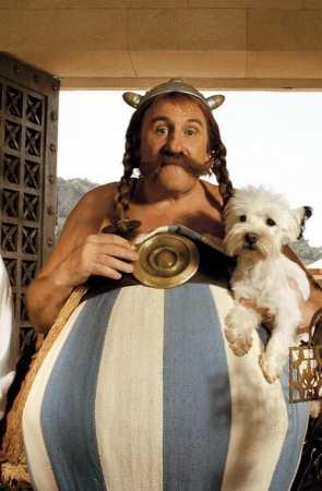 Obélix (Gérard Depardieu) and Idéfix, in 'Astérix et Obélix contre César' (1999, dir: Claude Zidi)