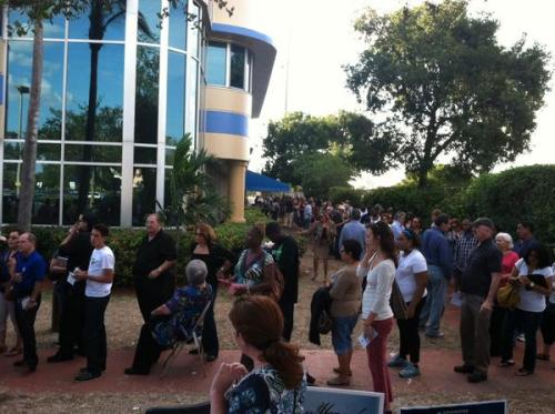 Voting line in Miami, 4 Nov. 2012 (photo credit: Ian Koski/pic.twitter.com/wuMcXz3D)