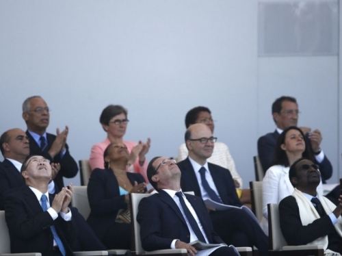 President Hollande watching the parachutists, with Ban Ki-moon  and Malian president Diancounda Traoré  (AFP Photo/Fred Dufour)