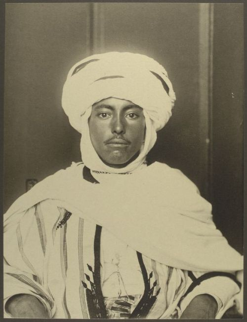 Algerian man, Ellis Island, circa 1907 (photo: Augustus Sherman)